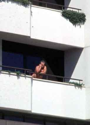 Metin Akpınar, Antalya Altın Portakal Film Festivali sırasında otel balkonunda çırımçıplak yakalanmıştı.