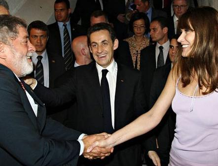 CARLA BRUNI Fransa Cumhurbaşkanı Nicolas Sarkozy'nin eşi eski manken Carla Bruni, izinsiz olarak gençliğinde çektirdiğ ibir çıplak fotoğrafı kullanan bir firmayı mahkemeye verdi.