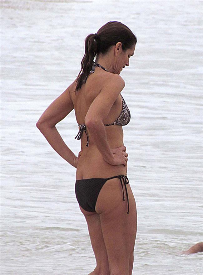 Buna rağmen ailesiyle gittiği Meksika tatilinde giydiği bikiniyle genç mankenlere resmen meydan okudu