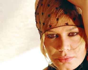 Sezen Aksu  Pop müziğin Minik Serçe'si 4 kez dünyaevine girdi.