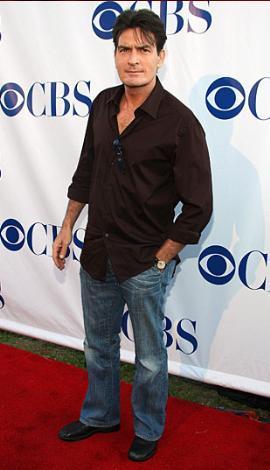 Charlie Sheen  Bir kez nişanlanıp ayrıldı. Geçtiğimiz haftalarda evlendiği Brooke Mueler üçüncü eşi.