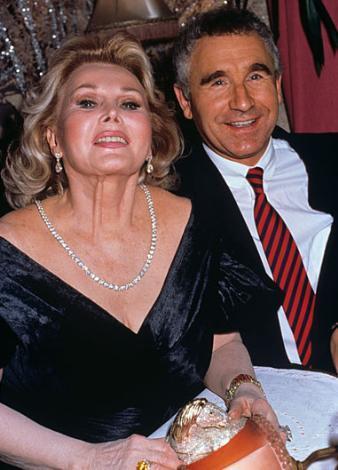 Zsa Zsa Gabor Hollywood'un evlilik rekortmenlerinden. İlk eski eşi Asaf Murat Belge. Sekiz kez evlenip boşanan Gabor, şu sıralar dokuzuncu eşiyle birlikte.
