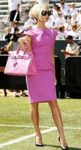 Victoria Beckham, Hermes marka çantalarını o kadar çok seviyor ki 1.5 milyon sterlin değerinde çanta koleksiyonu var. Klasik versiyonu 5 bin sterlin olan el yapımı çantalar için 2-5 yıllık bekleme listesi bulunuyor. Beckham ise 3 karat elmasla süslenen dünyada yalnızca üç tane bulunan 80 bin sterlinlik Hermes Himalayan'a bile sahip.