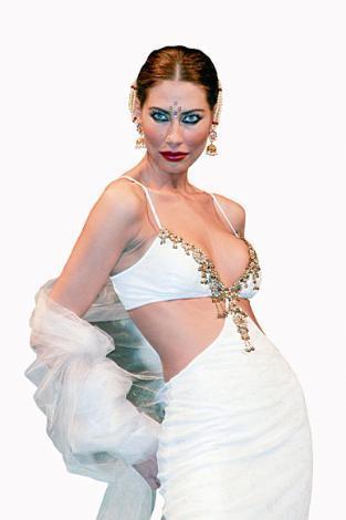 """Şenay Akay Kendisini playboy sanan birisi """"Gel benimle geceleri takıl, sevgilim gibi davran, karşılığında sana para vereyim"""" dedi. Para karşılığında bu reklam ilişkisi teklifini reddetti."""