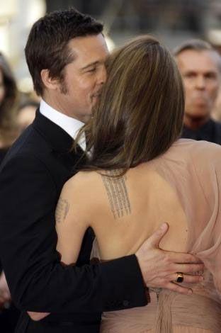 Hollywood'un gözde çifti Angelina Jolie ile Brad Pitt'in yuvası üzerindeki kara bulutlar bir türlü dağılmak bilmiyor. Önce Jolie'nin Pitt'i ikizlerin bakıcısına masaj yaparken yakaladığı iddiaları gündeme gelmişti. O andan sonra da magazin basınının taktığı isimle Brangelina'nın ilişkisi hakkında söylentiler bitmedi.