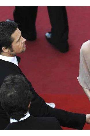 """Çift her ne kadar geçen hafta Cannes Film Festivali'nde kırmızı halıda """"düşman çatlatan"""" pozlar verdiyse de magazin """"guruları"""" ünlü çiftin sadece rol yaptığını ve ilişkilerinin herkesi inandırmak istedikleri gibi yolunda gitmediğini öne sürdü. Onlara göre çiftin Cannes'da yaptığı da zaten en iyi yaptıkları işti: Yani rol yapmak. Hem de bazı yorumlara göre Oscar ödülünü hak edecek kadar başarılıydılar."""