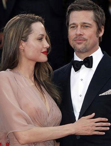 Jolie ısrarla kendisine bakması için gözlerini Pitt'in üzerinden ayırmıyor. Ama Pitt'in bakışları uzaklarda.