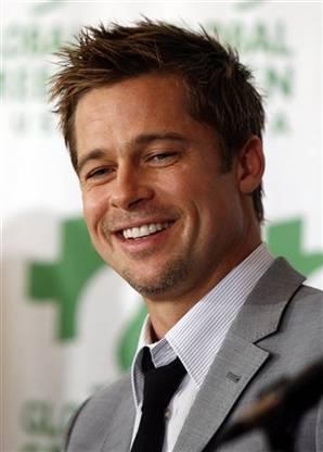 2-Brad Pitt de oyunculuk kariyerini gerçekleştirebilmek için her türlü işte çalışanlardan. Bunların içinde Pollo Loco adlı bir restoranın reklamını yapmak için dev bir tavuk kostümünü giymek bile var.