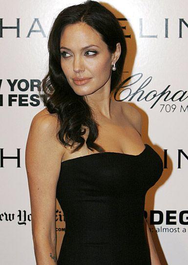 Hollywood'un en güzel kadınlarından olan Angelina Jolie ilk ilişkisini 14 yaşında yaşadığını açıkladı.