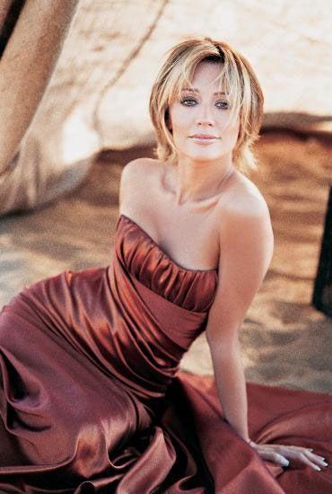 Angelina Jolie'ye benzerliğiyle dikkat çeken Türk sanat müziği şarkıcısı Umut Akyürek, ünlü oyuncuya benzemek için özel bir çaba harcamadığını söyledi.