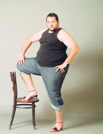 Ata Demirer: Ünlü komedyen, en az kilosu kadar büyük ayaklarından da şikayetçi. Ata Demirer'in ayakkabı numarası 46. Koca ayakları yüzünden sanatçı, kendine özel ayakkabılar yaptırıyor.