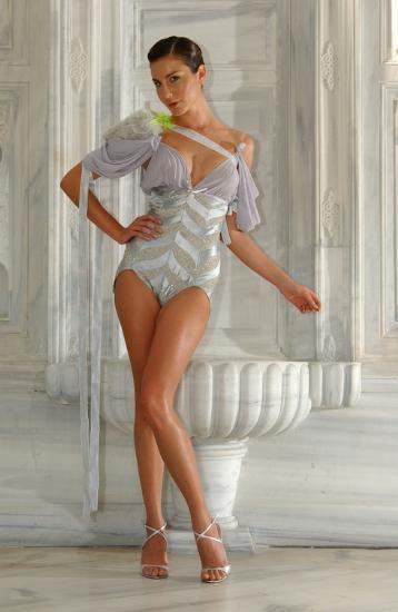 """ECE SÜKAN (Oyuncu, mağaza sahibi, model, editör)   Moda konusundaki deneyimini kadın dergilerinde moda editörlüğü yaparak değerlendiren, vintage tutkusunu Nişantaşı'nda açtığı """"Ece Sükan Vintage"""" ile bir adım öteye taşıyan Ece Sükan, podyumu bırakmadı. Oyunculukta da kendini kanıtlamaya çalışan model, """"Aşk Yakar"""" dizisindeki Belda rolüyle ilk sınavını verdi."""