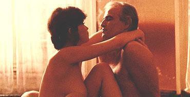 """Paris'te Son Tango / Last Tango in Paris   Maria Schneider: """"20 yaşındaydım. Marlon beni bir kenara çekti ve şöyle dedi: 'Endişelenme, bu sadece bir film.' Beni rahatlatmak için Ella Fitzgerald plakları koydu. Daha sonra fark ettim ki, tamamen kullanılmıştım. Bertolucci yönetmenden çok bir gangster. O Marlon'a âşıktı ve bu sahne bir erkek için yazılmıştı! O yüzden tereyağı, sadizm ve ağız tıkama vardı... Ve bunu bir erkekle yapmaya cesaret edemediler."""""""