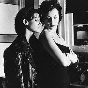"""Gina Gershon: """"Çok güldük. Jennifer'a tapıyorum, filmin sonunda aramızda kardeşçe bir sevgi oldu. Mesela o şey diyordu 'Onu burada tut ve sıkma,' ve ben devam ediyordum, 'Şimdi elini buraya koy...' Harika zaman geçirdik!"""""""