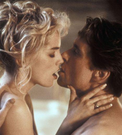 """Temel İçgüdü / Basic Instinct  Sharon Stone: """"Çekimler sırasında en iyi arkadaşımdan kameranın arkasında yerde uzanıp elimi tutmasını istedim.""""  Michael Douglas: """"Paul, eğer yapabilseydi, Sharon'ı benim bir parçam yapardı."""""""