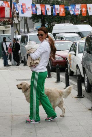 """Altuğ """" Su'yu sokağa çıkarırken köpeğim Moet'i evde bırakmayı gönlüm razı olmuyor. O yüzden onu da her zaman yanıma alıyorum"""" dedi."""