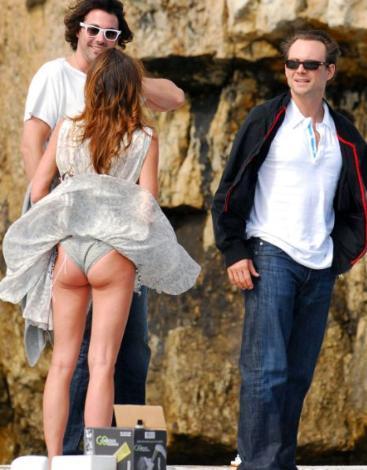 Ünlü aktör Christian Slater'ın sevgilisi Tamara Mellon, Cannes'da esen rüzgarın kurbanı oldu.