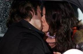 Aşkı Memnu dizisinde Beren Saat'in canlandırdığı Bihter ile Kıvanç Tatlıtuğ'un canlandırdığı Behlül'ün ilk öpücüğü izlenme rekorları kırdı.