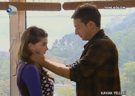 Kavak Yelleri'nin iki yıldızı Pelin Karahan'ın oynadığı Aslı ile İbrahim Kendirci'nin oynadığı Deniz'in öpüşme sahnesi.
