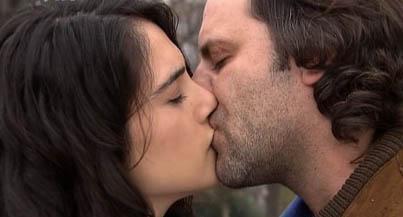 Ozan Güven'in oynadığı Ali karakteri ile Funda Eryiğit'in canlandırdığı Seyhan karakteri bölüm finalinde böyle öpüşmüştü.