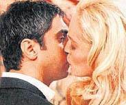 Kurtlar Vadisi'nden bir sahne. Necati Şaşmaz'ın oynadığı Polat karakterinin rol gereği öptüğü kişi ise ünlü yıldız Sharon Stone.