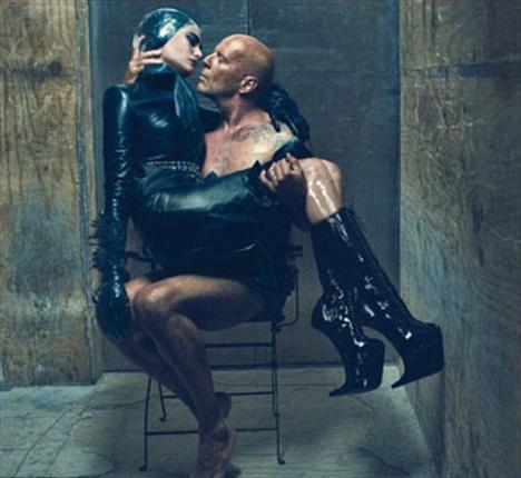 Hollywood yıldızı Bruce Willis ve eşi Emma Heming, aşklarını özel bir fotoğraf çekimiyle ve W dergisine kapak olarak perçinledi.