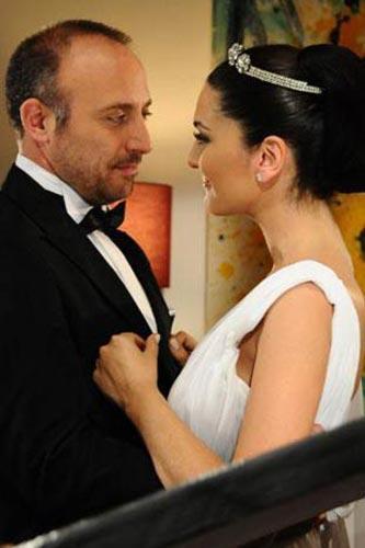 BERGÜZAR KOREL VE HALİT ERGENÇ Binbir Gece dizisinde rol gereği birbirine aşıktılar. Sonra bu aşk gerçeğe dönüştü.