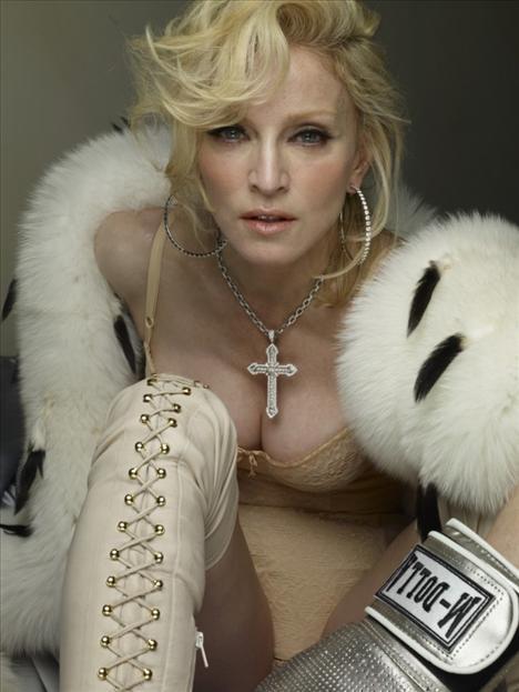 """Madonna'nın """"Hard Candy"""" albümü için çektirdiği fotoğrafların, rötuşsuz yani Photoshop'suz hallerini W dergisi basına sızdırdı..."""