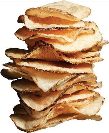 """Salsa Soslu Cips Salsa sosu biberlere acı tadı veren """"capsaicin"""" adlı maddeyi içerir; bu madde metabolizmayı çok hızlandırır. Tayland, Hindistan ve Çin mutfağında ağırlıklı olarak kullanılır. Ayrıca capsaicin vücut ısısını artırır ve bu da kalori yakımını artırmak için ekstra bir etki sağlar. Bu atıştırma size 150 kalori verecektir."""