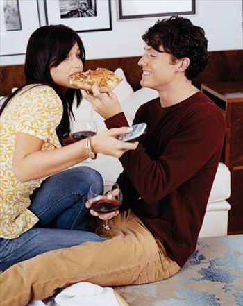 Tahıllı Pizza Beyaz undan yapılan pizza kısa süre sonra tekrar acıkmanıza sebep olur. Ayrıca bazı araştırmalar beyaz undan yapılan ürünlerin karın şişkinliğine yol açtığını gösteriyor. Bu nedenle kendi pizzanızı bol tahıllı buğdaydan yaparsanız B vitamini almış olursunuz. Pizzanın üzerinde kullanacağınız az yağlı beyaz peynir ve domates sosu da size en fazla 200 kalori verir.
