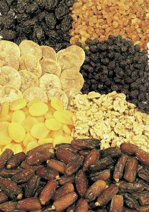 Kuru Meyve Şeker katkısı olmayan, çiğnenebilir ve lif yönünden zengin kuru meyveler tatlı ihtiyacınızı kolaylıkla giderir. Böylece gün boyunca kendinizi tok hissedersiniz. Bir fincanın üçte biri kadar olan kuru kayısının kalori değeri 150'den azdır. Kuru kayısı, son derece besleyici ve potasyum açısından çok zengindir. Lif içerdiğinden sindirim sorunlarına iyi gelir; stresi ve kansızlığı önler. Lifli besinlerin kan şekerinin dengeli yükselmesini sağladıkları, zararlı maddelerin bağırsakta kalma süresini kısalttıkları için kanserden korunmada faydalı oldukları biliniyor.  Haber sayfasına dönüp yorum yapmak için tıklatın!