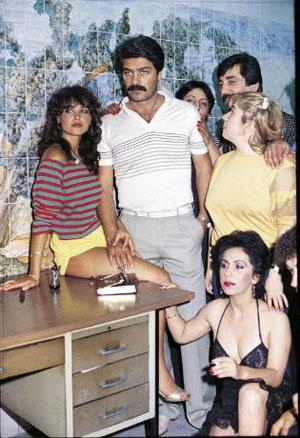 HÜLYA AVŞAR  Türkiye Güzeli seçilip de daha önce başından bir evlilik geçtiği ortaya çıkınca 'kraliçelik' tacı elinden alınan Hülya Avşar, önce bu olayla popüler oldu, ardından sinemaya geçti. İşte o günlerde de (1984) ilk filmlerinden biri olan 'Güneş Doğarken'i çekti. Şerif Gören'in yönettiği bu filmde Hülya Avşar, başrolü Kadir İnanır'la oynadı. İstanbul genelevlerinden birinde çalışırken Konya'ya transfer olan Nalan'la (Hülya Avşar), o yörenin ünlü kabadayısı Kara Davut'un (Kadir İnanır) yaşadığı aşkı anlatan film, o dönemde iyi bir gişe yapmıştı. Bunun üzerine Avşar, ikinci kez genelev kadını rolünü 1985'te çekilen 'Tele Kızlar' filminde oynadı. Osman Seden'in yönettiği filmde, batağa düşürülen genç kadını Hülya Avşar, ona yardım eden komiseri ise Tarık Akan canlandırdı. Hülya Avşar, geneleve girdiği 'Güneş Doğarken' adlı filmde Kadir İnanır'la başrolü paylaştı. 1985'te çekilen 'Tele Kızlar' filminde Hülya Avşar hayat kadınını, Tarık Akan ise bir komiseri oynadı.   Eski kapak kızları