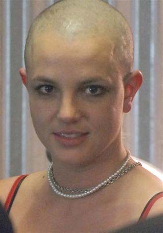 Britney Spears, Şubat 2007'de aniden saçlarını kazıttı.
