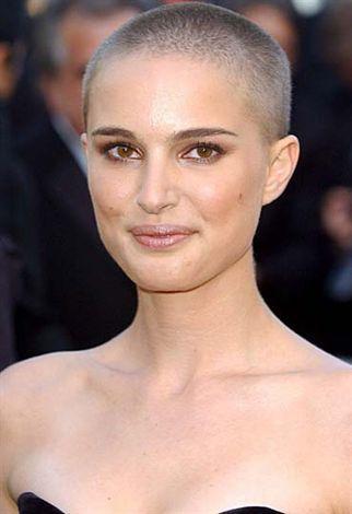Yıl 2005. Natalie Portman saçsız. Herkes şaşırdı ama V For Vendetta filmi için olduğu anlaşıldı.