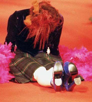 Yıl 1993. Podyumda yerlerde sürünen bu ünlü manken ise Naomi Campbell.