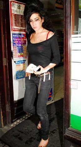 Yıl 2007. Eşi Blake Fielder Cİvil ile birlikte otel odasında kokain aldıktan sonra kavgaya tutuşan ve daha sonra kanlar içinde dışarı çıkan Amy Winehouse uzun süre konuşuldu.