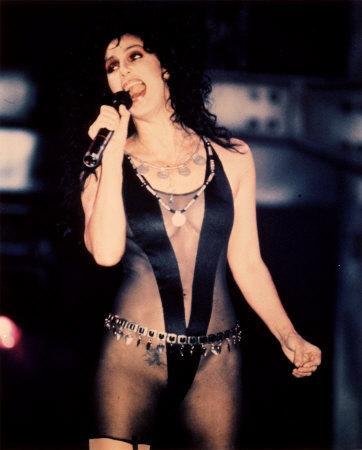 Cher:  15 yaşında ilk birlikteliğini yaşadığını anlatan yıldız bu deneyimi iyi bir anı olarak görmüyor.