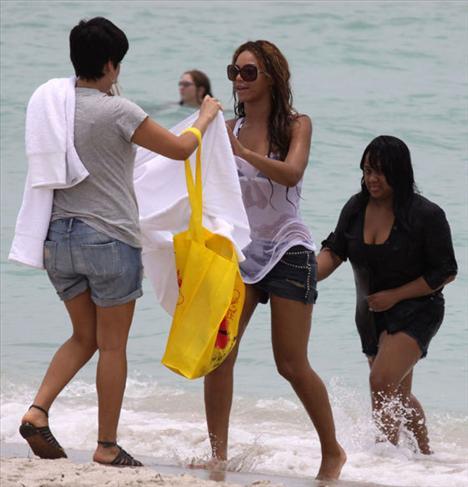Beyonce kıyafetle denize girdi - 7