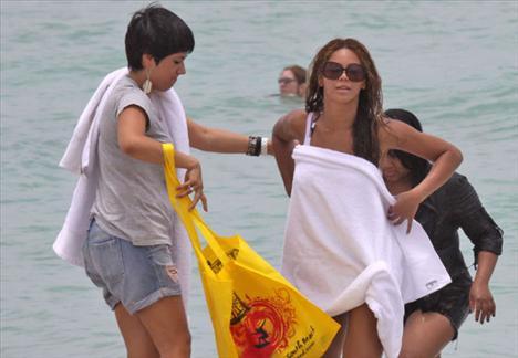 Beyonce kıyafetle denize girdi - 8