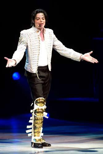 Bu ünlülerin ölümleri sır dolu Ünlü şarkıcı Micheal Jackson'ın ölümü bir çok ünlü   ölümleri ve komple teorilerini akıllara getirdi.   Jackson'ın ölümü ise hala bir muamma... Ölümünden önce   yapılan 911 araması doktorunun bir süre ortadan   kaybolması, adı geçen ilaç kokteyli şüpheleri hep üst   düzeyde tutu. Kimilerine göre şarkıcının ölümü tamamen   uydurmaydı. O medyadan ve iflastan kaçmak için kendini   öldü gösteriyordu...