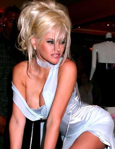 Amerikalı striptiz yıldızı ve model Anna Nicole Smith,   bir kız çocuğu dünyaya getirmesinden 3 gün sonra, 10   Eylül 2006'da 20 yaşındaki oğlu Daniel Smith kalp   krizinden Bahamalar'da öldü. Gerçek adı Vickie Lynn   Marshall olan Anna Nicole Smith, 8 Şubat 2007 günü   Hollywood, Florida'daki Seminole Hard Rock Cafe Hotel and   Casino'da aniden yere yığıldı ve acilen hastaneye   kaldırılmasına rağmen hayatını kaybetti.