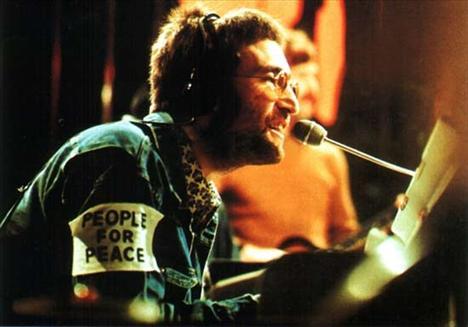 """Lennon vurulduğu anda yanına yaklaşan polis memuru aldığı   yaranın bilincini etkileyip etkilemediğini kontrol etmek   için adını sorduğunda ben John Lennon, """"Beatles'in John   Lennon'u"""" yanıtını verdi."""