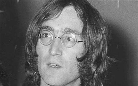 Komplo teorilerine göre John Lennon uzaktan kumanda   kullanılarak öldürüldü. Bir başka teori ise Lennon'ın   öldürülmesinin arkasında ABD hükümeti var. Buna neden   olarak da Lennon'ın yeni seçilen Reagan yönetimine karşı   yaptığı sert açıklamaları gösterildi.
