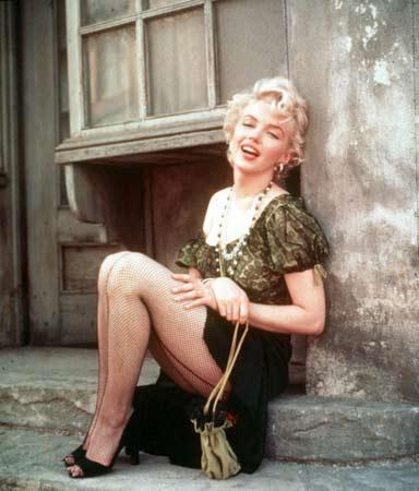 """Ünlü yıldız, """"aptal sarışın"""" rollerinin unutulmaz   aktristi Marilyn Monroe, 1962 yılında """"Something's Got to   Give"""" adlı komedi filminde oynamaya karar verdi. Bu film,   onun aynı zamanda ilk çıplak sahnesini de içeriyordu.   Ancak film boyunca hasta olduğunu öne sürerek sete az   gelmesi ve onun yerine hakkında aşk söylentilerinin   çıktığı J.F. Kennedy'nin doğum günü için şarkı söylemeye   gitmesi üzerine Fox şirketi tarafından filmden kovuldu,   sözleşmesi iptal edildi ve film şirketi tarafından   kendisine tazminat davası açıldı."""