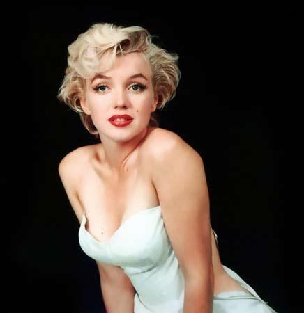 Fox şirketi filmi tamamlamak için aktrist Lee Remick ile   anlaşmasına rağmen, Monroe'nun filmdeki rol arkadaşı Dean   Martin'nin başka bir aktristle çalışmak istememesi   üzerine işe geri alındı ve kendisiyle yeni bir sözleşme   yapıldı. Ancak filmin çekimleri tekrar başlamadan önce   yüksek dozda sakinleştirici ilaç alarak 5 Ağustos 1962'de   36 yaşında hayata veda etti.