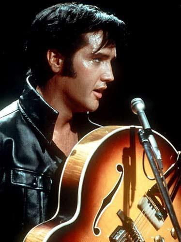 Elvis son yıllarda çok yeme hastalığına yakalanmıştı.   Sabahları kahvaltıda onlarca sosis, bal, tereyağı ve   ekstra malzemeler içeren hemen hemen bir metrelik bir   sandviç yiyordu.    1973 yılında eşinden boşanan Elvis Presley, 1977 yılında   Indianapolis'deki son konserinden sonra 16 Ağustos 1977   tarihinde öldü.