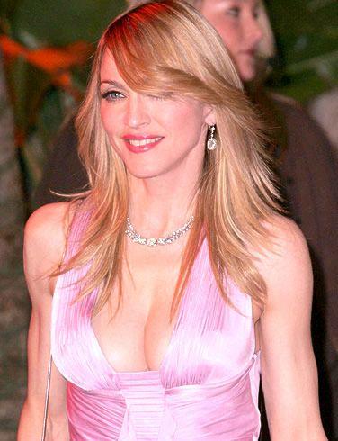 Madonna'nın sahneye çıkarken Fatiha Suresi'ni okuması müslümanlığı seçtiğine dair iddiaları gündeme getirdi.