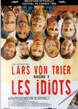 """Geri Zekalılar   Danimarkalı yönetmen Lars von Trier'nin 1998 tarihli filmi Idioterne (Geri Zekalılar) """"normal"""" insanların arasına karışıp zihinsel özürlü gibi davranarak yaşadıkları toplumun değerlerine aykırı olmayı hedefleyen bir grup insanın öyküsünü anlatıyor. Gittikleri her yerde anarşi yaratan ve insanlara rahatsızlık veren, onları kızdıran, gülünç duruma düşüren bu grup için hiçbir şey içlerinden birinin oyunu yeni bir şekilde oynaması ve sınırların ötesine geçmenin yolunu keşfetmesi kadar tatmin duygusu vermez. Karen bu grubun üç üyesiyle karşılaşınca kendini istemeden onların küçük oyunlarının içinde bulur ve davranışlarının ne anlama geldiğini keşfedip kendi de oyunna katılınca hepsini memnun eder.. Yönetmen Lars von Trier bu filmi efekt ve makyaj kullanmadan sadece doğal ışığın kullanıldığı Dogma akımının etkisinde çekmişti."""