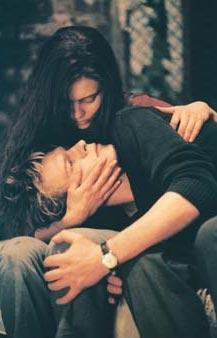 """Pola X   Herman Melville'in romanından uyarlanan film yönetmen Leo Carax'ın imzasını taşıyor. Pola X, Normandiya'da bir şatoda annesi Marie ile birlikte yaşayan Pierre'in öyküsü üzerine kurulu. İyi görünüşlü ve zenginler. Birbirlerini seviyorlar. Pierre her sabah babasının ona bıraktığı motorsiklete binip sarışın nişanlısı Lucie'yi görmeye gidiyor. Onlar da birbirlerini çok seviyorlar. Bir gece Marie, Pierre'e Lucie ile evlilik tarihinin artık belirlenmesi gerektiğini söylüyor. Ancak o gece karanlık ormandan şatoya yabancı bir kadın çıkageliyor. Doğu Avrupa aksanıyla konuşan ve isminin Isabelle olduğunu söyleyen kadın Pierre'e """"Sen tek çocuk değilsin. Ben senin kızkardeşinim"""" diyor. Pierre ona inanıyor ve herşeyi iptal edip Isabelle ile Paris'de yaşamaya karar veriyor."""