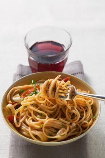 1 tabak domatesli makarna + kola ya da bira veya şarap = 500 - 600 kalori  Güzel bir seçim, içecek olarak şekerli veya alkollü bir seçim yerine ayran da tercih edebilirsiniz.
